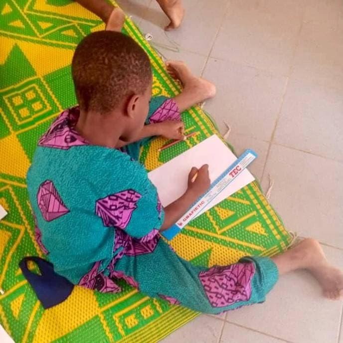 ayuda con material benin Africa
